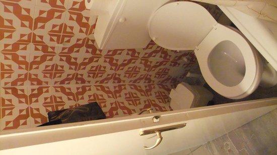 Hotel Nikolas: bathroom door