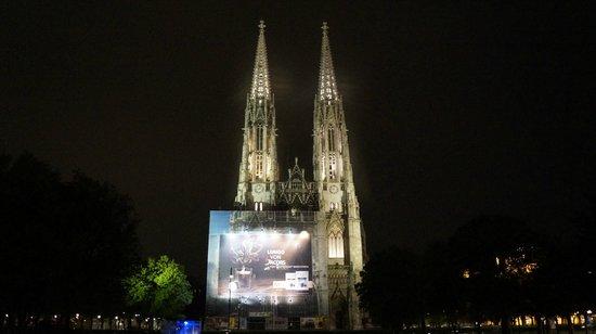 Votivkirche ночью