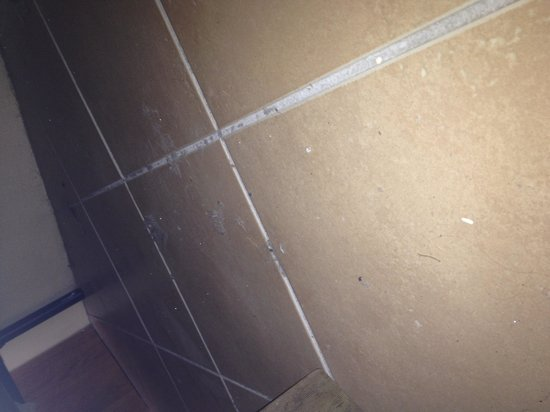 Rockhampton YHA: Dirty floor in bedroom