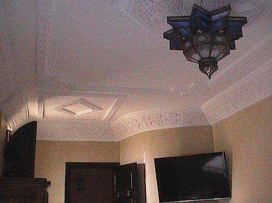 Riad Dar Yammi : plafond de la chambre