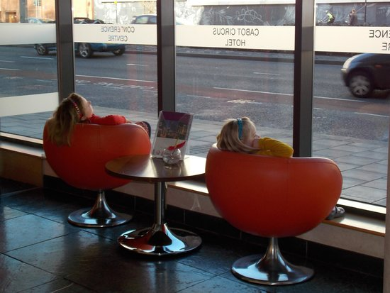 Future Inn Cabot Circus Hotel: Casual chairs in reception.  Kids just chillinig!