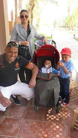 Pullman Marrakech Palmeraie Resort and Spa : photo en famille au Kids club