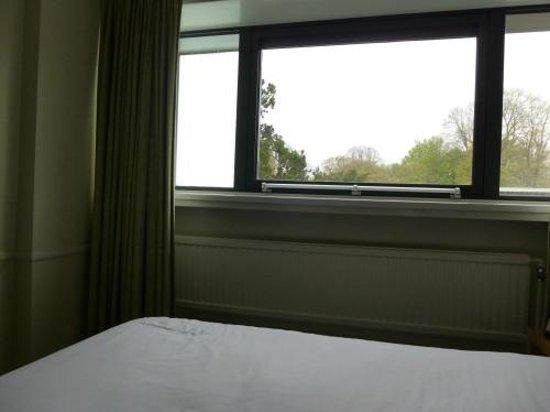 Holiday Inn Cardiff City Centre: Windows.