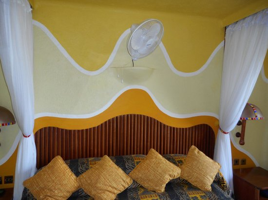Mara Serena Safari Lodge: Bed beautifully done