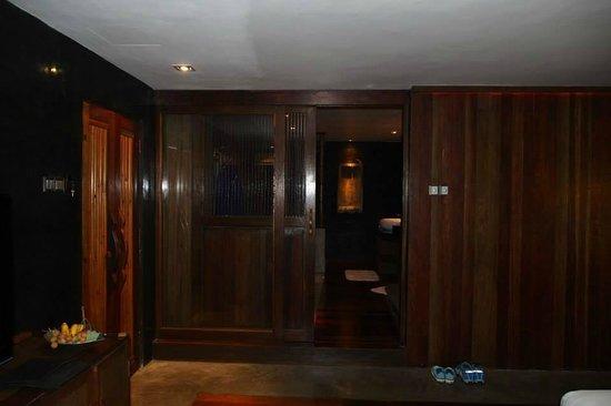 Villa Samadhi: 門後便是偌大的衣服間和浴室