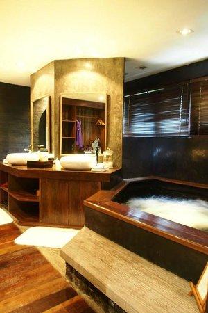 Villa Samadhi: 浴室的水簾池在指定時間會自行啟動