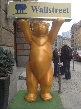 Park Plaza Wallstreet Berlin Mitte: Традиционные медведи на входе