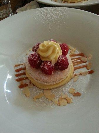 Cafe Constant: Macaron framboise creme vanille.