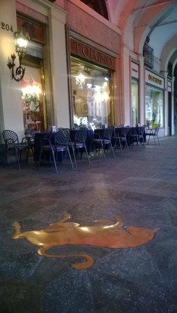 Il toro in piazza San Carlo: Il toro portafortuna davanti al Caffè Torino