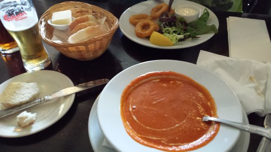 Exmoor Forest Inn: Tomato and basil soup and calamari. Yum!