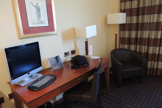 Hotel Capannelle: Scrivania con tv