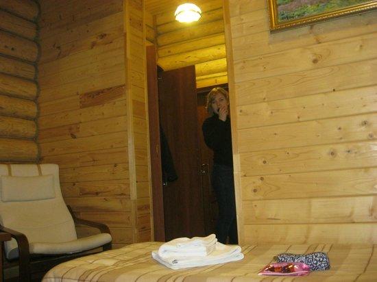Svetly Terem Hotel: справа ванная, слева шкаф