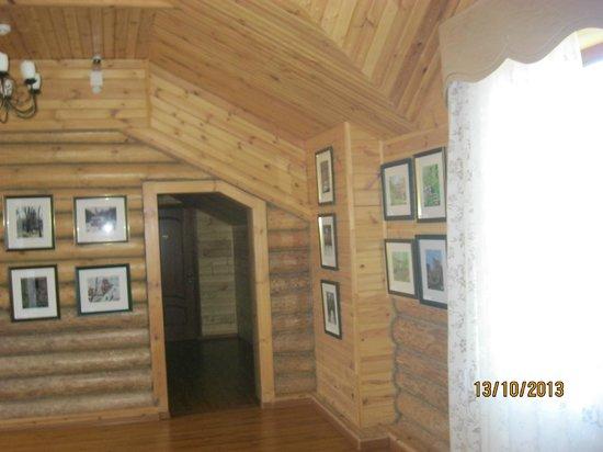 Svetly Terem Hotel: холл второго этажа, картины продаются, средняя цена - 15 тыс.руб.