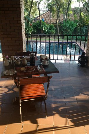 Dreamfields Guesthouse : Breakfast at the pool