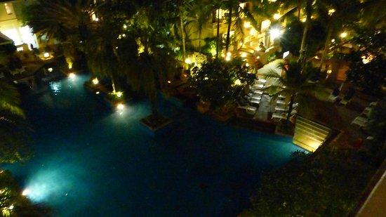 Holiday Inn Resort Phuket: Pool at night