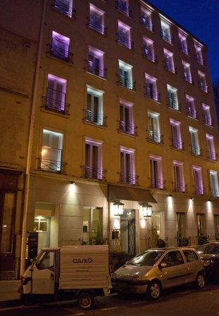 Villa Madame: Outside lighting: doesn't disturb street rooms.