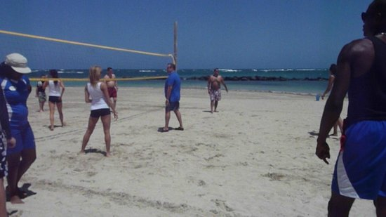 Coconut Bay Beach Resort & Spa : Volleyball with the KC Chiefs (Cheerleaders)