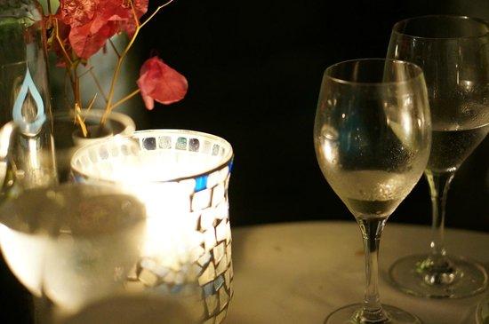 Candouni Restaurant : テーブルの上にもキャンドル