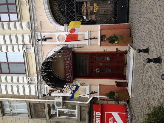 Hotel Ayvazovsky: Street front.