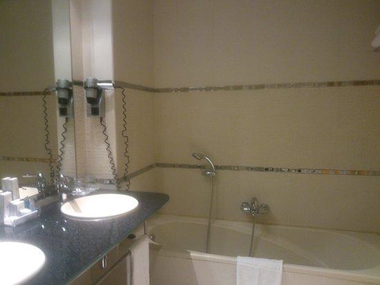 Nelva Hotel: Baño