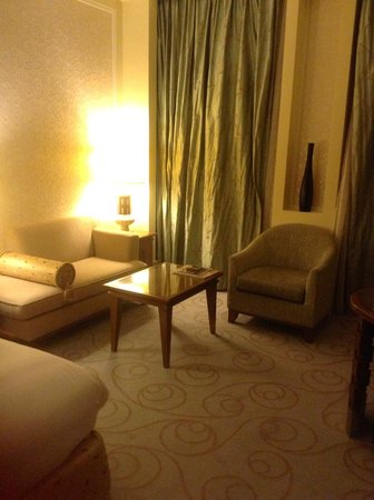 Al Bustan Palace, A Ritz-Carlton Hotel: Sitting area in the room
