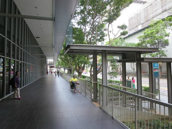 Ibis Singapore on Bencoolen: Hotel Ibis Porch and connection to Bus-stop at Bencoolen Street