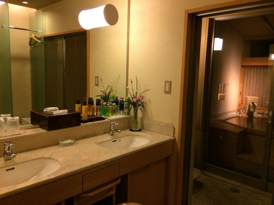 Sagasawakan: Bathroom, shower area and open air bath