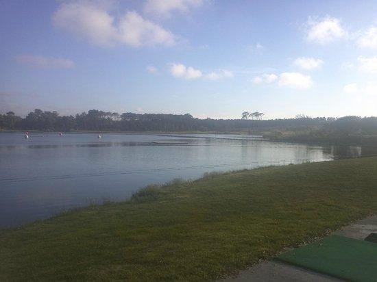 Apartamentos Pierre & Vacances Le Domaine du Golf de Pinsolle: lago donde jugar al golf