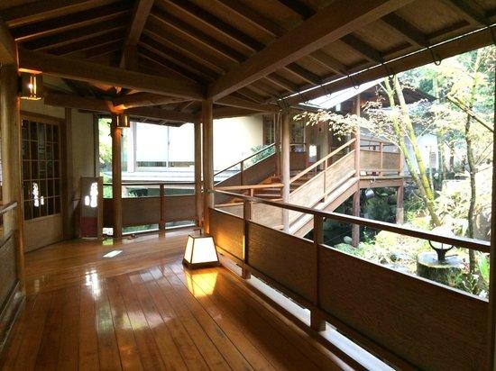 Sagasawakan: Hallway to hotel onsens