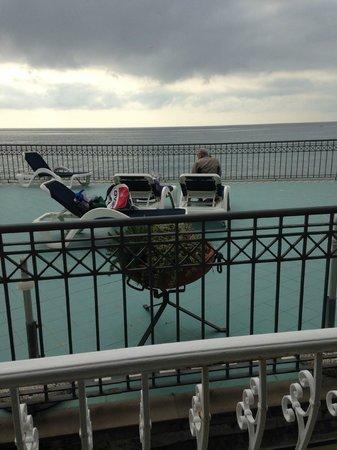 Hotel Savoia: Vy från balkongen på vån. 1. Soldäck för hotellets gäster
