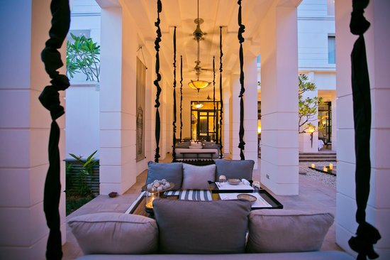 Park Hyatt Siem Reap: Swing dining at the courtyard