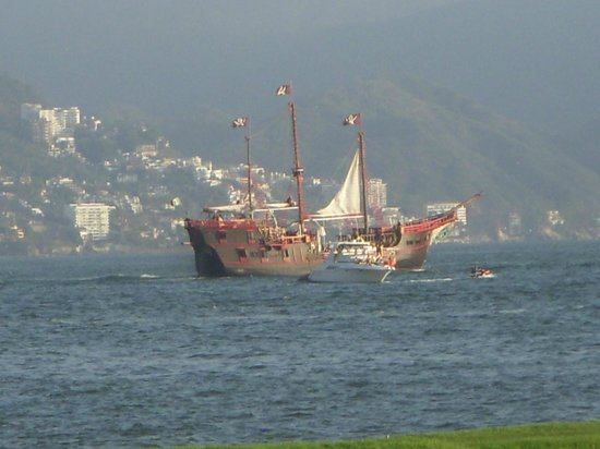 Mayan Palace Puerto Vallarta: Pirate Ship leaving for Dinner Cruise
