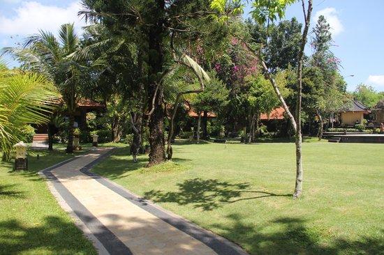 Bali Tropic Resort and Spa: территория