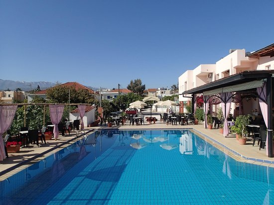 Hotel Jechrina: Pool and restaurant