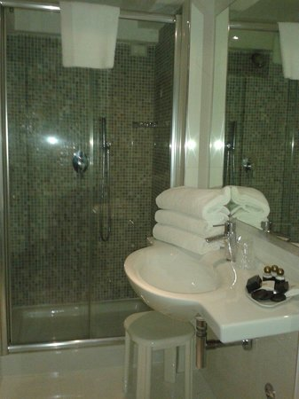 Hotel Paganelli: Baño amplio