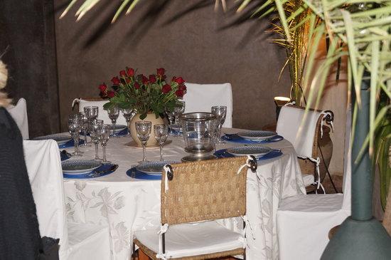 Riad La Fontaine des Anges : Table