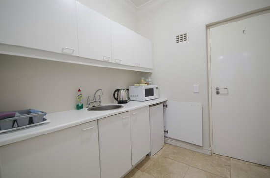 Small Bay Guesthouse: Green Room Kitchenette