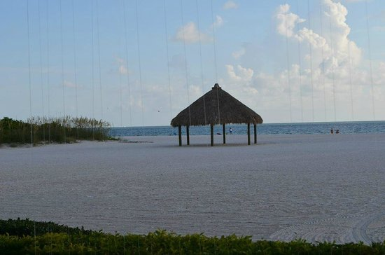 Marco Island Marriott Resort, Golf Club & Spa : Chickee huts available to rent