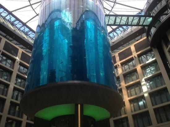 Radisson Blu Hotel, Berlin : Аквариум в холле отеля