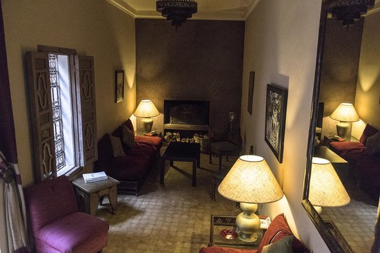 Riad Altair : Sala lettura con caminetto