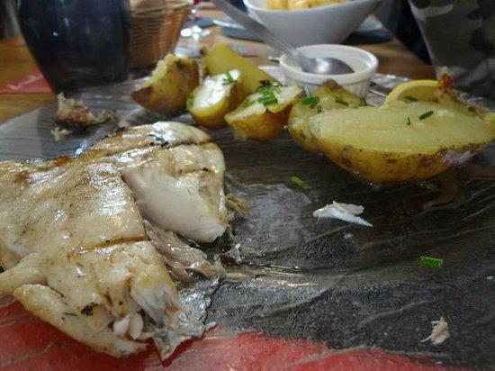 La Flotille : Dorade grillée et pommes de terre cuites dans la cheminée
