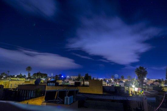 Riad Altair: Veduta nottura dalla terrazza