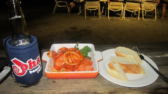 Johan's Beach Resort: spicy sausage goes well with an ice cold beer