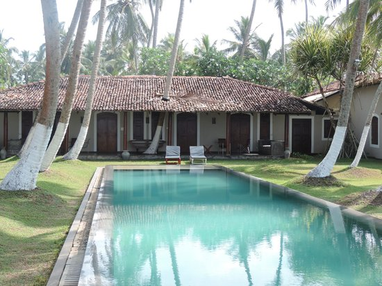 Apa Villa Thalpe : You can step right outside and lounge by the pool.