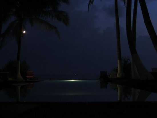 Apa Villa Thalpe : The infinity pool becomes a reflection pool at night. Lovely.