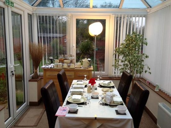 Eden's Rest Bed & Breakfast: Beautiful conservatory dining area overlooking the back garden