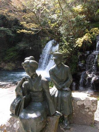 Kawazu Nanadaru Waterfalls: 「踊子と私」の像がある初景滝