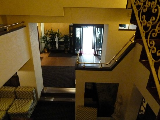 Hotel Oxford: view into entrance foyer from balcony