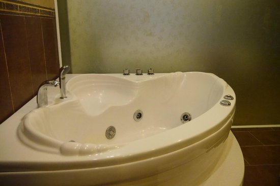 Splendid Star Grand Hotel: The Bathtub in our room :)