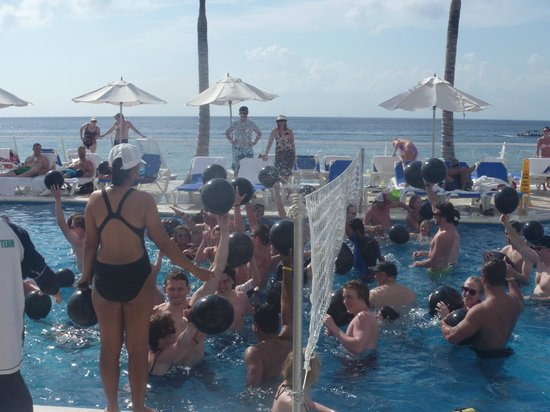 Cozumel Palace: Daily pool games